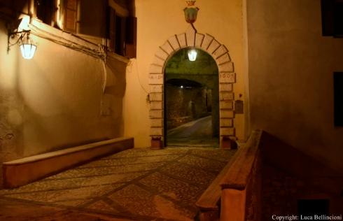 Rocchette-Porta nel borgo in notturna 1 RCRLB